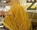 В подсолена вряща вода сваряваме спагетите.