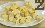 В сгорещена мазнина запържваме до зачервяване нарязаното на кубчета сирене.
