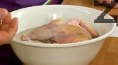 Потапяме почистения фазан, оставяме да престои 12 часа. Отцеждаме от маринатата и поставяме в друга купа с айрян. Престоява още 2 часа. Измиваме добре и подсушаваме леко.