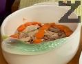 Дъното на тава поливаме с около 50 мл топъл бульон, а в купа наливаме около 200-300 мл от него, където разтваряме желатина. Подреждаме парчетата месо в тавата. Поставяме отгоре кръгчета от сварения морков.