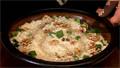 Приготвяме плънката. Нарязваме праз лук, добавяме орехови ядки, ориз, червен пипер, стафиди и наливаме олио.