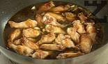Разбъркваме добре, прехвърляме обратно крилцата и усилваме огъня, за да се редуцира соса за около 10 мин. Добавяме 5-6 с.л. от ананасовия сок.