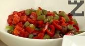 Нарязваме на шайби киселите краставички, прибавяме към салатата заедно с рибата тон.