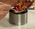 """В метален готварски ринг слагаме листо от салатата """"Айсберг"""", добавяме част от нарязаните на малки кубчета сварени картофи. Слагаме върху тях от салатата и сервираме."""