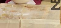 Намазваме с разтопено масло единия от листата точени кори. Поръсваме със захар и канела, затваряме с втория лист. Отново мажем с масло, поръсваме със захар и канела.