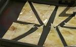 Прехвърляме в намазнена тава, печем за около 10 мин. в предварително загрята фурна при температура 190-200 градуса.