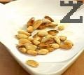 Запържваме бадемите в зехтин, след като порозовеят ги изваждаме от мазнината. Изчакваме ги да изстинат, след което ги намачкваме заедно с малко сол.