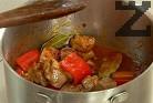 След кратко задушаване слагаме и агнешкото месо, нарязано на парчета и предварително осолено.