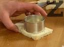 Изрязваме филиите хляб в кръгли или триъгълни форми, последователно ги потапяме в мляко, а след това - в разбитите яйца.