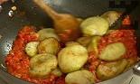 Добавяме нарязаните консервирани домати, връщаме изпържените патладжани. Подправяме със сол, оставяме да се задуши за около 10 мин.