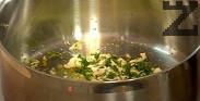 В малко зехтин задушаваме скилидките чесън заедно с нарязания на ситно магданоз. Добавяме настърганата лимонена кора, посоляваме, поливаме с лимоновия сок. С така получения сос заливаме джоланите, а върху ризото настъргваме Грана падано.