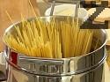 Сваряваме спагетите в подсолена вряща вода за около 10 мин.