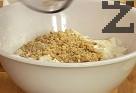 Смиламе ореховите ядки, прибавяме ги към ябълките. Смесваме с шоколадовата смес, прехвърляме в силиконова форма или тавичка, покрита с хартия за печене.