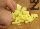 Нарязваме картофа на кубчета, добавяме към праза. Оставя течността да кипне.