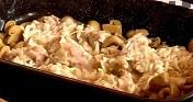 Поставяме ги в тава за печене заедно с гъбите и гъбения сок.