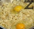 Счупваме яйцата и ги смесваме със зелето.