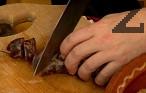 Нарязваме свинското месо на едри парчета, суджука и сушената кървавица - на колелца, а сланината - на филии.