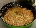 Наливаме 250 мл вода, оставя да къкри на тих огън докато ориза набъбне.Добавяме нарязаните домати.