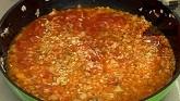 Обезкостяваме месото и го нарязваме на парченца. Добавяме към ориза, разбъркваме, варим докато остане на мазнина.