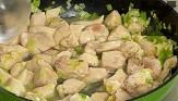 Загряваме зехтина и бучката масло. Добавяме месото и праза, задушаваме за 5-6 мин., докато побелее месото. Поливаме с виното, поръсваме с пилешки бульон, риган и 1 к.ч. вода.