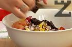 Наситняваме лука, слагаме го в купата при останалите продукти. Отгоре поставяме накъсаните кори Нори.