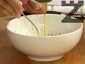Приготвяме дресинга. Смесваме лимоновия сок с горчицата, солта и естрагона. Поливаме със зехтин, разбъркваме.