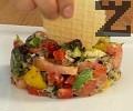 С помощта на метален ринг сервираме салатата. Отгоре поставяме царевичен крекер, заливаме със сусамово олио.