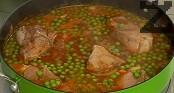 Овкусяваме с червен пипер и сол, слагаме дафинов лист. Варим още 30 мин. Добавяме доматите, предварително нарязани на дребно.