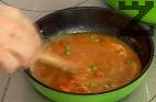 За да се уплътни ястието, разтопяваме маслото, прибавяме брашното, пържим до златисто за половин минута. Наливаме малко от бульона на ястието, връщаме в тенджерата, разбъркваме. Изваждаме дафиновия лист, поръсваме с копър. Прехвърляме в съд за печене. Печем в умерено затоплена фурна около 20-25 ми