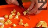 С помощта на нож я отлепваме, прехвърляме я върху дъска. Месим сместа, режем я на парчета.