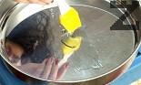 Намазняваме с 2-3 с.л. олио дъното на голяма (40-45 см) тава за печене и я сгорещяваме много добре във фурната и едва тогава изсипваме тестото, като го разстиламе по цялата повърхност.