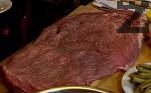 Правим разрези по повърхността на месото, разтваряме и изтъняваме с помощта на чукче. Поръсваме със сол и черен пипер.