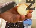 Намазваме всяка бяла бисквитка с маргарин, а кафява – със сладко.