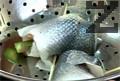 Филетираме лаврака и овкусяваме със сол и черен пипер. Увиваме филето около снопче аспержи, като закрепваме с дървени шишчета и пошираме.