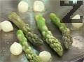 Запържваме в зехтин за 2-3 минути аспержи и перлени лукчета