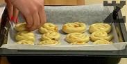 Подреждаме ги в тава, на дъното на която сме поставили хартия за печене. Печем на 180 градуса за около 30 мин. След изпичане поръсваме с пудра захар. Вместо кайсии може да използваме стафиди или ядки по избор.