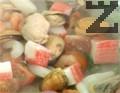 В тиган с малко зехтин сотираме пресния лук, нарязан на дребно, и чери доматите, нарязани на четвъртинки, заедно с морските дарове и накъсаната рукола.