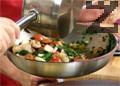Добавяме сотираните продукти към сварените и отцедени топли спагети, които овкусяваме със затоплен зехтин с ванилова шушулка. Сервираме спагетите в чиния за паста, поливаме с още малко ароматен ванилов зехтин и декорираме със стрък пресен розмарин.