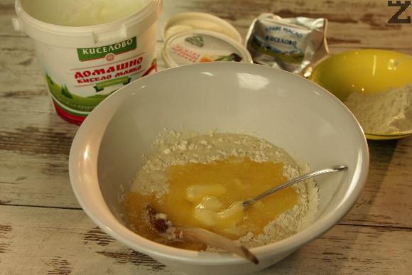 Пресява се брашно и смесва със сол. Оформя се кладенче в него се счупват 2 яйца и белтъка на третото. Жълтъкът се запазва за намазване накрая. Добавя се кисело мляко, 100 гр. разтопено масло и втасалата мая.