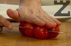 Режем салатата на ситно, а чери доматчетата разполовяваме.