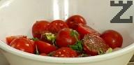 В купа слагаме зелената салата, нарязаните сушени домати и пресен лук, каперсите, маслините без костилки и чери доматчетата. Поръсваме с джоджен, кимион и нарязан пресен магданоз.