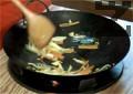 Запържваме зеленчуците в сусамово олио, като добавяме чесън, натриев глутамат, соев сос и поръсваме със сусам.