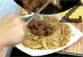 Поставяме късчетата месо върху канапето от нудълс и зеленчуци и сервираме.