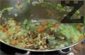Разбъркваме, изсипваме ориз пържим на умерен огън догато стане прозрачен , за около 1-2 минути, тогава се слагат дребно нарязаните орехови ядки. Поръсва се с червен пипер и сол. Налива се вода 250 мл гореща вода, докато разбъркваме и на тих огън се оставя ориза да поеме водата.