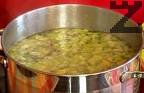 Във вряща вода слагаме праза, доматите и чушките. Добавяме фидето, разбъркваме. Поръсваме с 1 ч.л. сол.