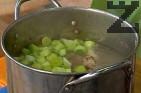 Предварително сваряваме джолана като се слага в студена вода и вари един час. Добавяме към него нарязания праз лук, картофите и натрошените сухи чушки. Варят се 20 минути.