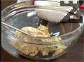 Изсипваме пасираната смес в купа, овкусяваме със сол, ситно нарязан магданоз и малко галета.