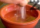 Към 1 ½ ч.ч. студена вода добавяме оцета, солта, захарта, наситнените чесън и магданоз.