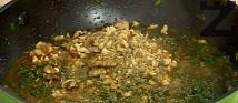 Смиламе едро ореховите ядки, добавяме ги към копривата, заедно със сушения девесил. Разбъркваме.