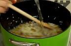 Стопляме 70-75 г краве масло, добавяме ориза, пържим на умерен огън за около 2-3 мин., колкото да си промени цвета. Прибавяме нарязания на едро шам фъстък, поръсваме със сол и захар. Заливаме с 600 мл вряла вода и лимоновия сок.
